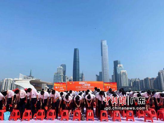 1100多名18岁青年在广州塔向家长老师行感恩礼。王坚摄影