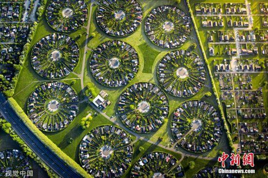 近日,一组丹麦哥本哈根郊区布罗德比的航拍图走红社交网络。据悉,布罗德比的社区由284栋房屋和分配花园组成,居民可以在此远离邻近城市的混乱。它由已故的建筑师Erik Mygind于1964年开发,设计师认为这样的城市规划将有助于增加居民之间的社会互动。图片来源:视觉中国
