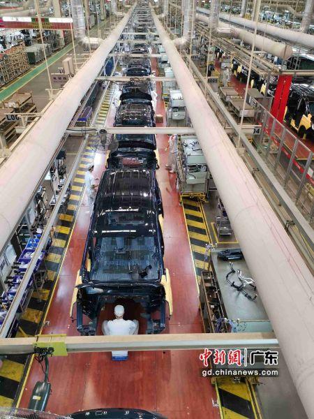 广汽集团30日发布2019年第三季度报告。报告显示,前三季度(1至9月)该公司共实现营业总收入430.31亿元,归属于母公司股东的净利润63.35亿元。图为广汽生产基地工厂实景。王华摄影