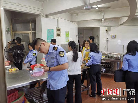 联合组在检查幼儿园饭堂。 丰顺县市场监管局 供图