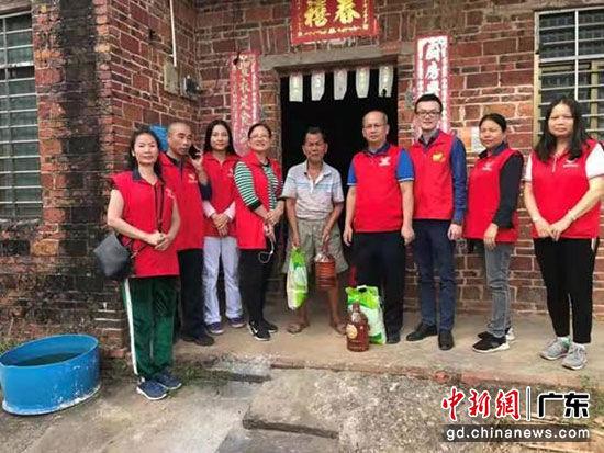 党员志愿者探访贫困户。邓建青 摄
