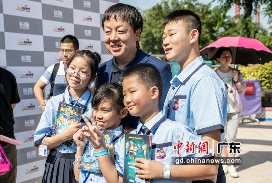 中国少儿科幻作家杨鹏10日在广州长隆欢乐世界举行推介会。蔡少佳摄影
