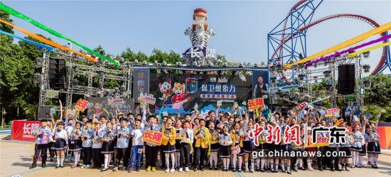 中国少儿科幻作家杨鹏10日在广州长隆欢乐世界举行推介会,推出跨国合作作品《大战外星人(国际版)》系列。