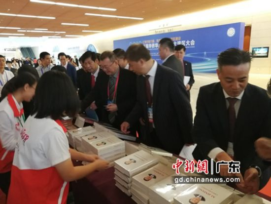 11月12日,首届华侨华人粤港澳大湾区大会在广州召开。大会期间在会场外举行的赠书活动反响热烈,书籍《习近平谈治国理政》深受参会侨胞喜爱,当日上午几百册的书籍都已被嘉宾取回阅读。