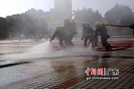 图为消防指战员演练展示。钟欣 摄