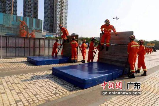 图为消防指战员板障翻越演练展示。钟欣 摄
