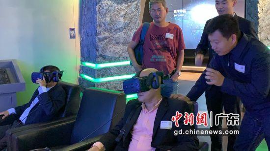 柬埔寨媒体团在腾讯公司体验VR眼镜项目。黄耀辉摄影