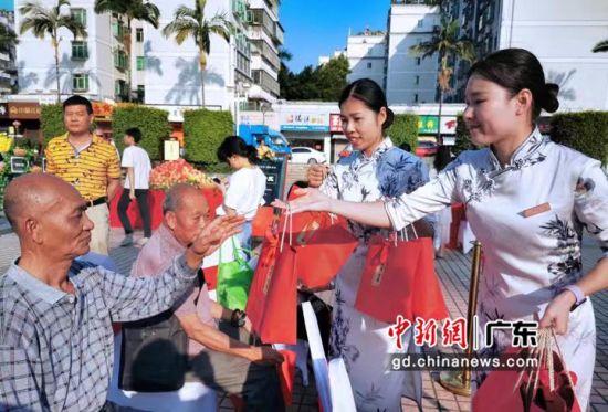 珠海:十万颗爱心苹果献老人