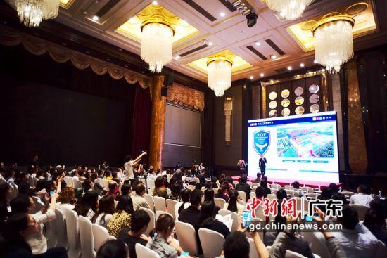 图为国际教育专家学者演讲,并与深圳家长和学生交流。陈文摄影