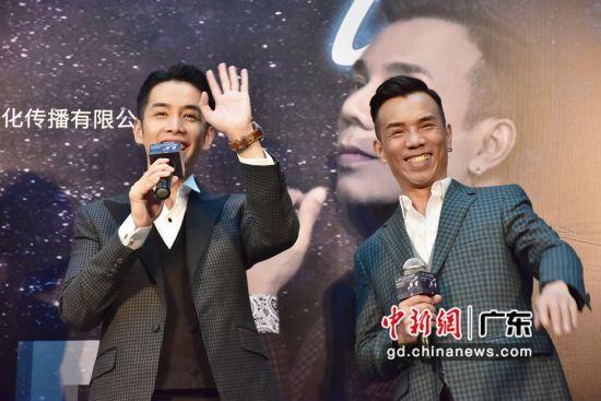 歌手李国祥、李日朗在发布会现场与台下歌迷打招呼。姬东摄影