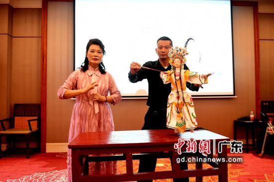 姚璇秋老师(左)到场祝贺并与黄丽华合影留念。
