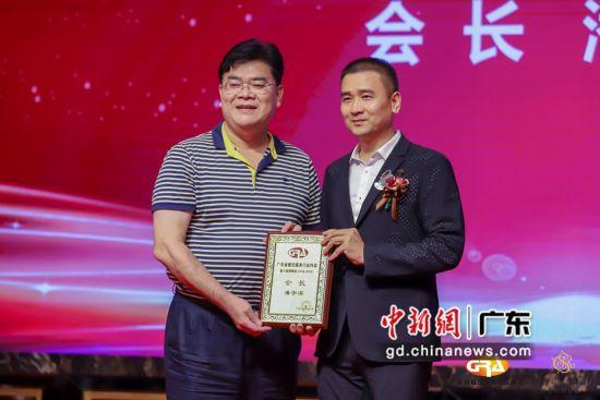 在广东省餐饮服务行业协会换届大会上,潘宇海继续当选理事会会长。通讯员 供图