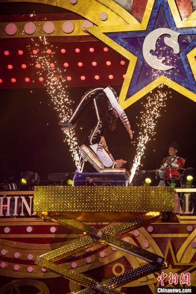 11月20日,正在广东省珠海市横琴长隆旅游度假区举行的中国国际马戏节,上演了一组来自日本和哥伦比亚的《蹬人》节目。中新社记者 王华 摄