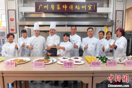 位于广州从化区的广东省首家粤菜师傅培训室,师徒们烹饪的粤菜作品十分吸引眼球。 陈骥�F 摄
