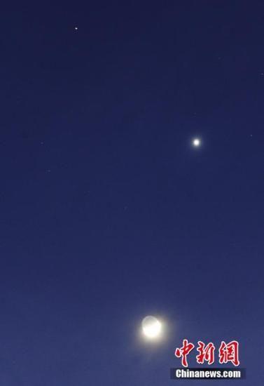 """资料图:""""双星伴月""""天象。中新社发 刘德斌 摄 图片来源:cnsphoto"""