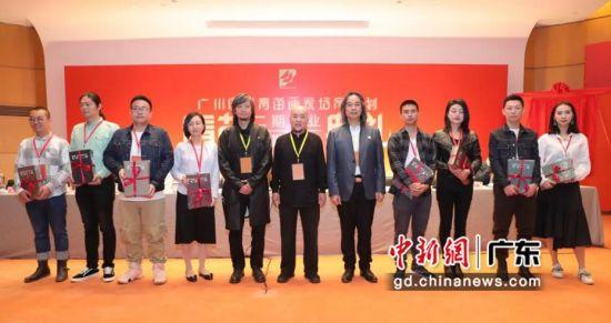 青苗二期画家及青苗三期学员代表上台领取证书。黄伟哲 摄