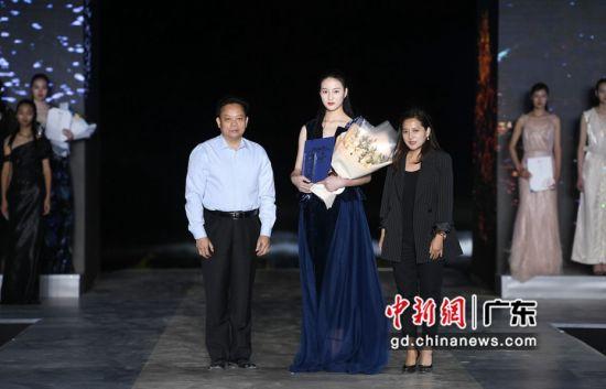 吴川市副市长梁韧才为冠军获得者马伊雯颁奖。通讯员 供图