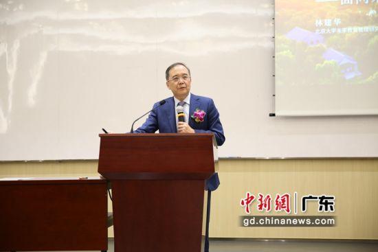 北京大学原校长林建华在北师港浸大演讲。杨炜民摄影