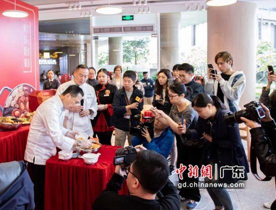 """28日,大家乐集团携手米其林星级主厨在广州推出""""乐聚一堂・聚宝盆""""系列新年盆菜。作者:主办方供图"""