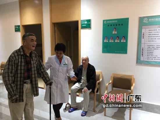 图为护养员在陪同老人散步。宋秀杰摄影