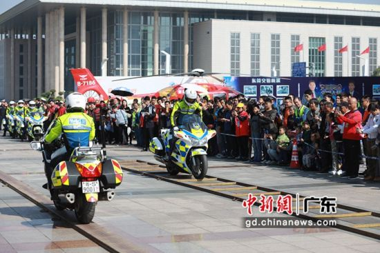 东莞启动2019年全国第8个交通安全日(东莞)主题活动。图为活动主会场展演受到市民热烈反响(李映民 摄)