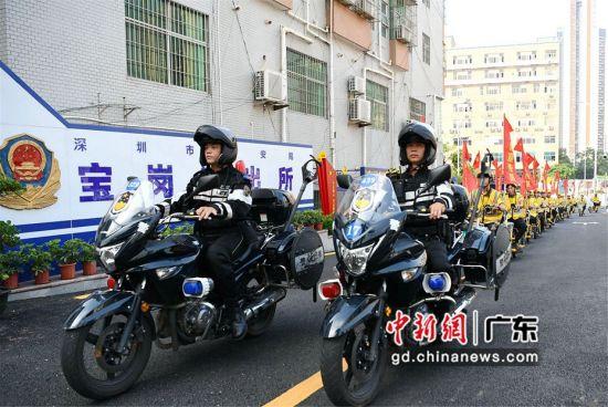 深圳宝岗派出所民警出巡。程景伟摄影