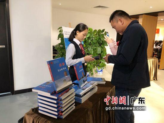 读者在出版首发暨赠书仪式现场购买《赤诚:彭士禄图传》 朱族英 摄