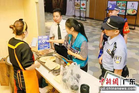 深圳宝岗派出所民警走访辖区商家。深圳警方 供图