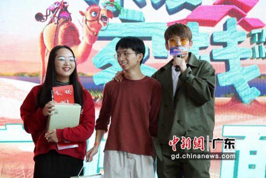 陈翔与粉丝互动。