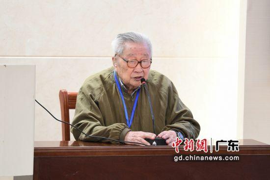 """""""第三届地方政府与区域治理""""学术研讨会30日在广州举行。图为中国MPA之父、中山大学政治与公共事务管理学院名誉院长夏书章。冯展豪 摄"""
