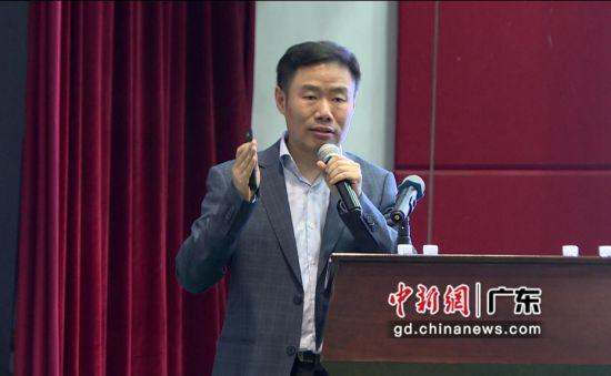 科大讯飞教育事业群副总裁丁鹏博士在会议上发表讲话。主办方供图。