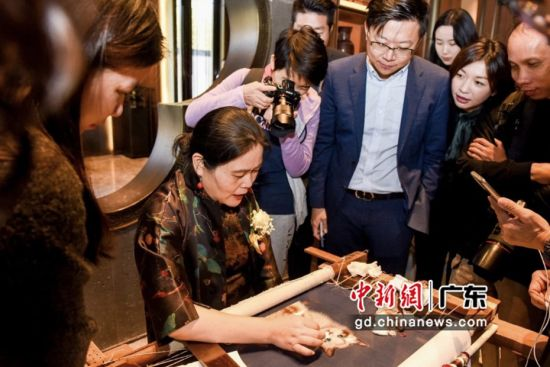 中国苏绣大师卢建英现场为观众表演刺绣。主办方供图
