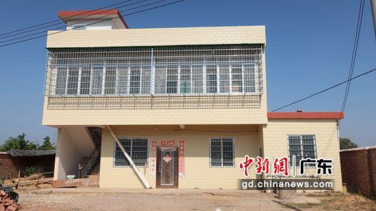 吴敦燕脱贫后家里的房子也从危房改建为二层的小楼房 黄思敏摄