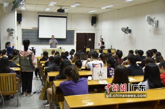 王西胜在星海音乐学院开讲。 主办方供图