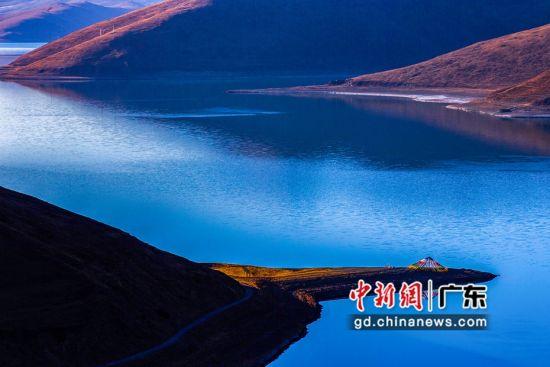 羊卓雍措在山南市浪卡子县境�龋�是喜玛拉雅北麓最大的内陆瑚也是西藏三大圣瑚湖之 一。通讯员 供图
