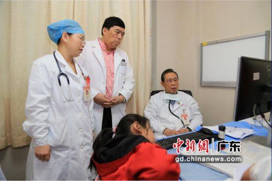 钟南山院士、刘春丽教授等为小雅会诊。钟欣摄
