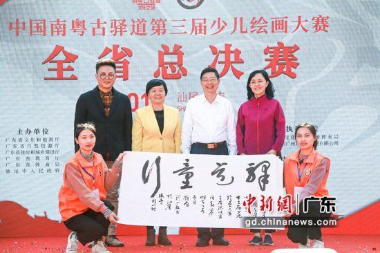 广东省广播电视局党组书记、局长刘小毅在台上即兴泼墨。 主办方供图