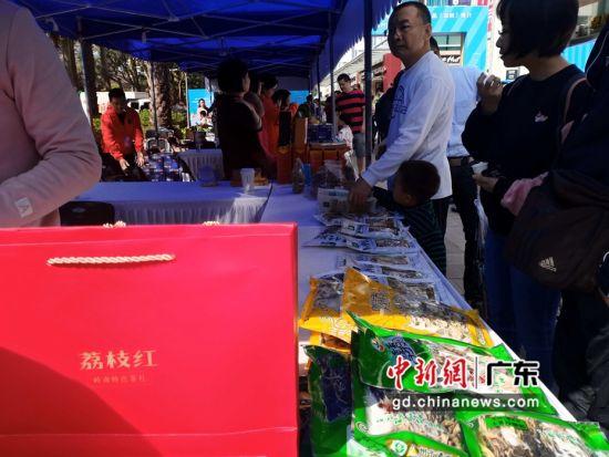"""推介会现场,从化大芥菜、从化荔枝茶等一一亮相,吸引了众多深圳市民""""围观""""。许青青 摄"""