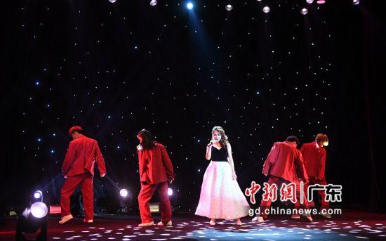 舞台上的罗为,各种曲风信手拈来。( 姬东摄影)