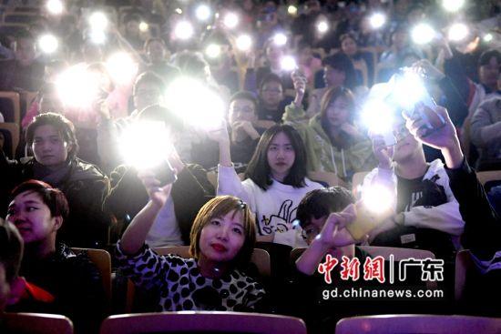 台下观众晃动手机上的灯光呼应台上的表演,气氛浓烈。 ( 姬东摄影)