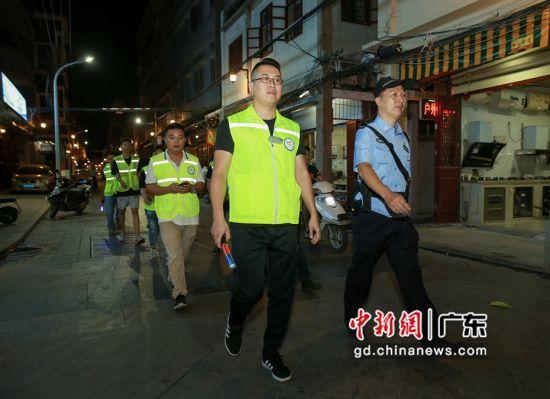 派出所民警带义警在景区巡逻。 警方供图