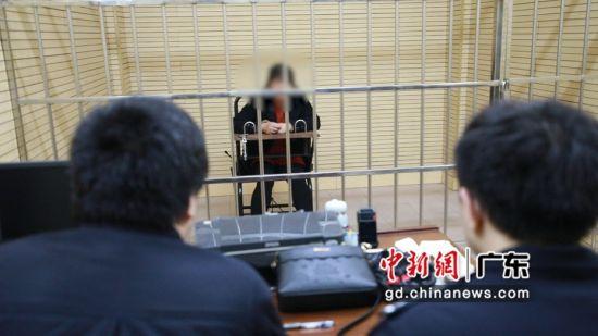 刘某接受审讯。 罗琦 摄