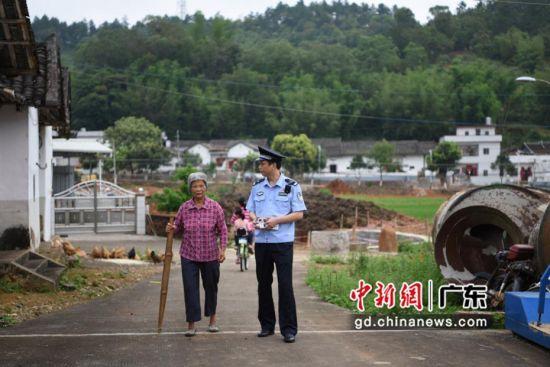刘宏涛走访社区。 警方供图