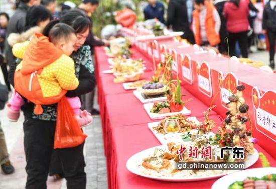 仁化第三届文化旅游节首次向公众推荐红军在粤北留下的红色菜系及套餐、红色小吃。通讯员 供图