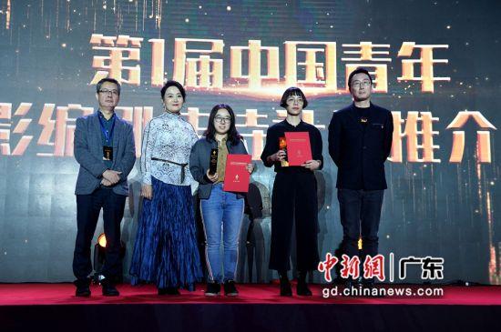 导演陆川为获得第一届中国青年编剧扶持计划的编剧颁发证书。 (姬东摄影)