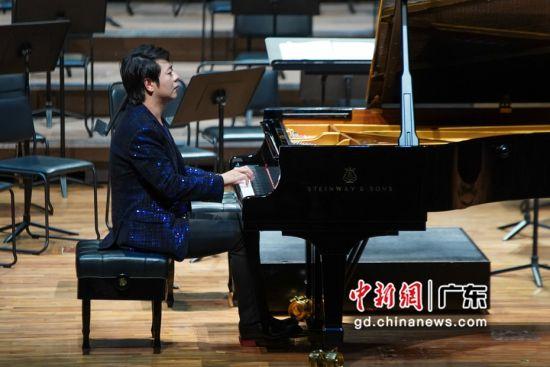 """12月24日晚,国际著名钢琴演奏家郎朗携妻子吉娜・爱丽丝在广州星海音乐厅举办""""正佳之夜-2020郎朗和他的朋友们新年音乐会""""。"""