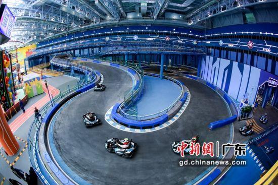 疯狂卡丁车驶入立体型赛道。通讯员 摄