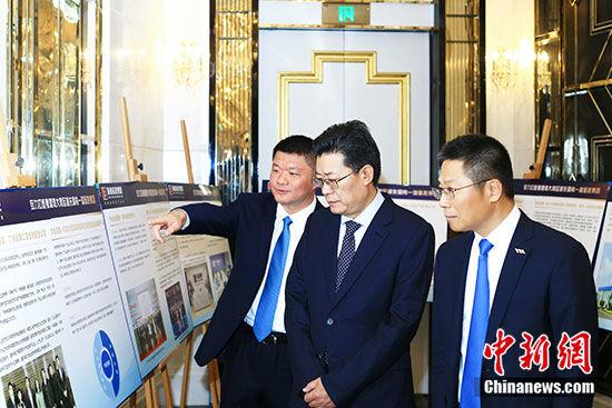 华发集团总经理李光宁向珠海市委书记郭永航介绍情况