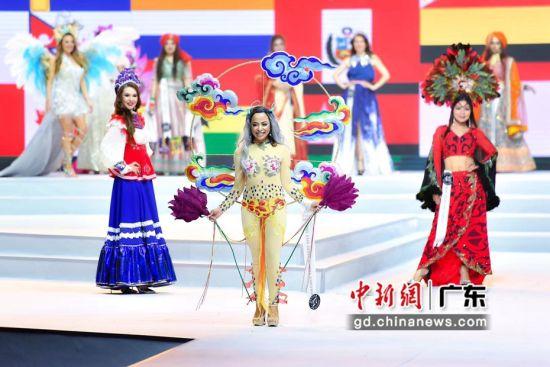 总决赛现场,参赛选手们穿着各具特色的服饰出场。陈骥�F摄。