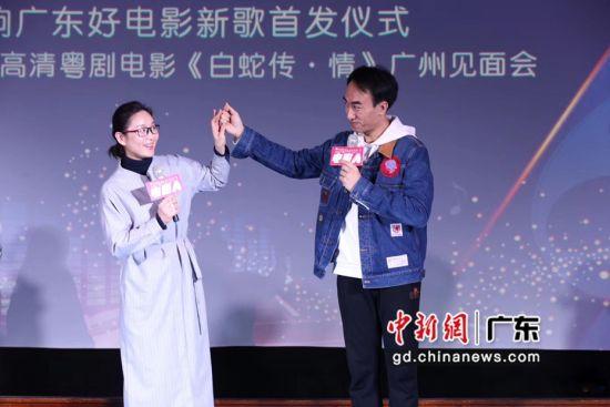 《白蛇传•情》发布会现场,主角曾小敏(左)与文汝清。 (主办方供图)
